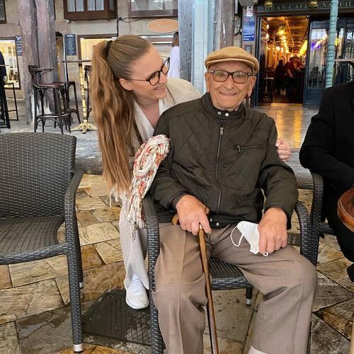 """🌟TENÍA QUE MOSTRAROS ESTO🌟  Hoy el es día de los #abuelos y tengo la gran suerte de que mi abuelo con casi 101 años esté mejor que yo.   Una persona que ha pasado guerras, que como él dice """"estáis aquí de milagro"""", este tan lleno de energía… es de admirar, y el algo que no se ve todos los días.   Siempre le pregunto que como lo hace, cual es el secreto abuelito? """"Tener ganas de vivir"""", y tiene razón. Todo está en las ganas, él las tiene y las transmite.   Cuando tengo una mala época le llamo y me dice """"vamos niña, que de lo que no podemos arreglar no hay que preocuparse, y lo que se puede arreglar lo arreglamos"""".   Que no me faltes nunca y estemos juntos 100 años más abuelito.   Soy la única nieta que ha seguido sus pasos, y eso le hace feliz, """"niña, tú valiente y pa' delante""""   GRACIAS 🙏"""