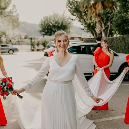 🌹MIS DAMAS🌹 Tuve la gran suerte de contar con 4 damas de honor, falta una en esta foto que no se donde andaría jajajaja. Ellas lucieron un vestido largo en tejido de crep con volantes en un lado, de corte superior asimétrico.  En principio querían cambiarse, pensando que no estarían cómodas, pero finalmente el vestido resultó Mega cómodo! Y lo dieron todo con el puesto hasta el final!  🌹VESTIDO DE LAS DAMAS DE @maquiabella_tienda  #vestidodenovia #novia #boda #bodas #velo #cola #bodascovid #celebracion #modanupcial #novia2021 #ideasnovia #ideasboda #opinion #damasdehonor #damasdehonorboda #enlace